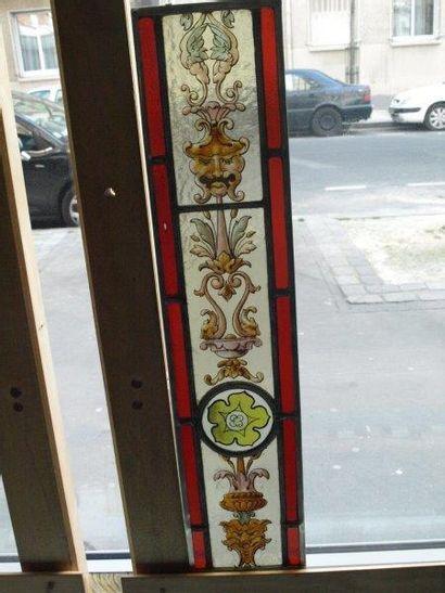Bordure en vitrail en grisaille et jaune d'argent, d?inspiration Renaissance à décor...