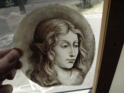 Peinture sur verre en camaïeu de grisaille représentant une tête de jeune femme...
