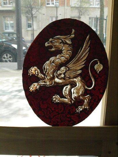 Vitrail ovale en grisaille et en gravure sur verre rouge, décor d?un griffon. France...