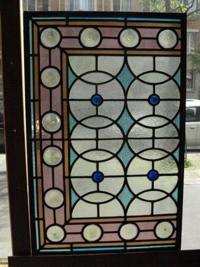 Vitrerie polychrome en verre cathédrale, martelé, cabochons, cives. Décor géométrique...