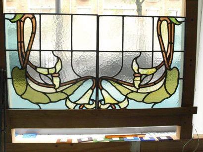 Ensemble de deux vitraux polychrome en verres cathédral, opalescent et chenillé...