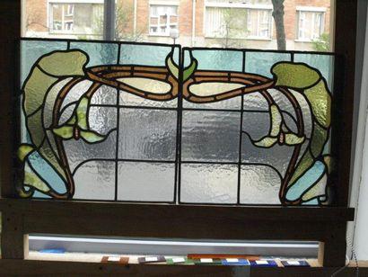 Deux vitraux polychromes en verre cathédrale opalescent et chenillé, décor de fleurs...