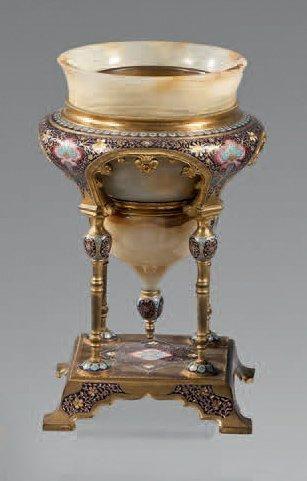 Vase en onyx à monture de bronze ciselé et...