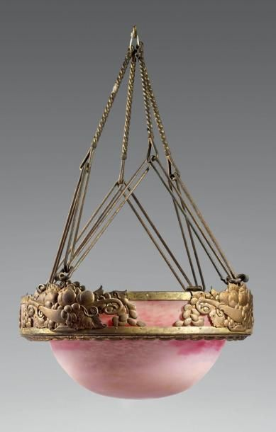 DAUM Lustre circulaire à armature en métal doré à décor de fleurs, vasque centrale...
