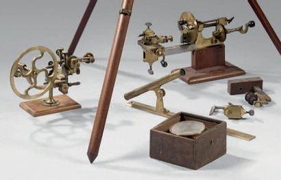 Lot d'instruments de travail scientifique...