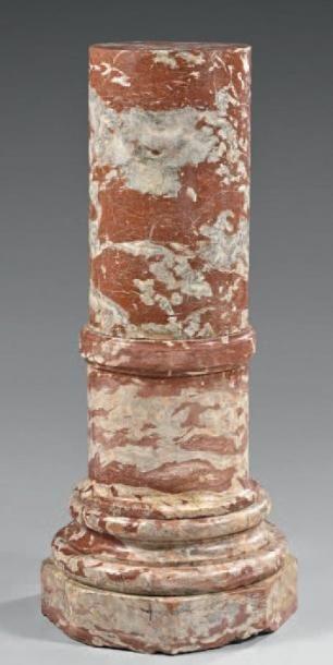Colonne en marbre brèche rouge, à bague,...