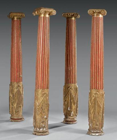 Suite de quatre colonnes en bois sculpté,...