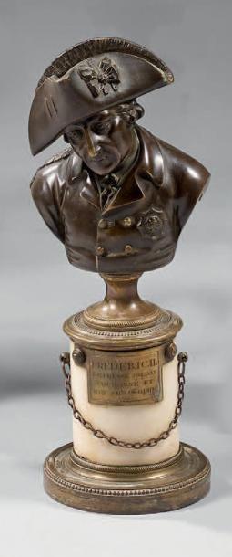 Statuette en bronze ciselé et patiné, figurant...