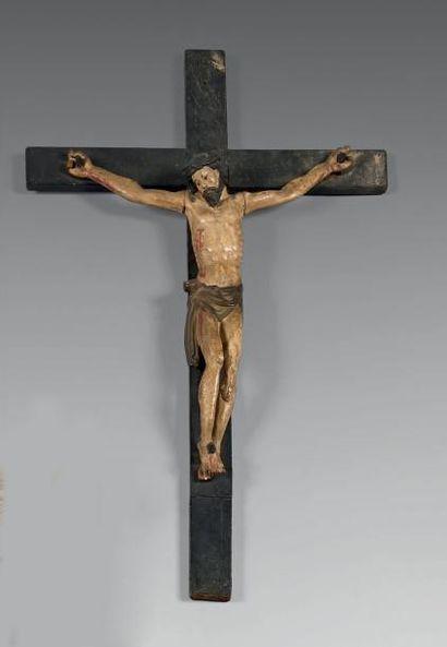 Christ en croix vivant en bois sculpté, laqué...