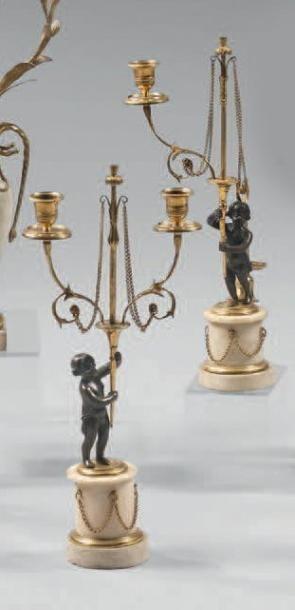 Paire de candélabres à deux lumières en bronze...