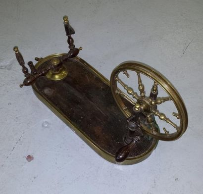 Rouet de table à plateau garni d'un cuir;...