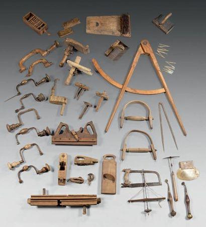 Lot d'outils comprenant une presse à casiers,...