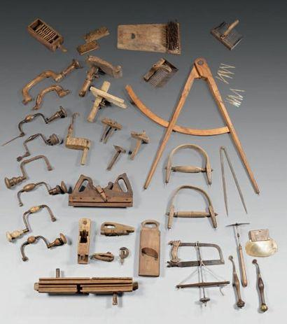 Lot d'outils comprenant compas, mesures pliantes,...