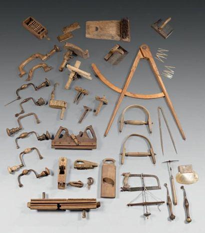 Lot d'outils comprenant un lissoir, des fers...