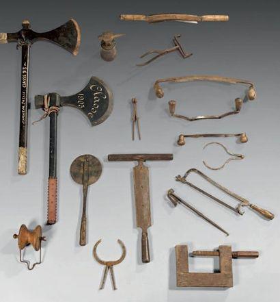 Lot d'outils comprenant une enclume d'horloger,...