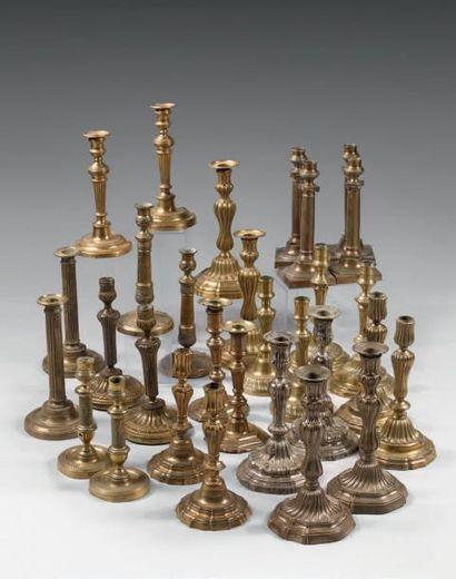 Deux paires de flambeaux en bronze ciselé et doré; les fûts balustres à bagues XVIIIème-XIXème...