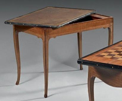 Table à jeu formant bureau en noyer et bois...
