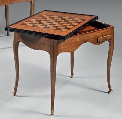 Table à jeu à plateau rectangulaire marqueté...