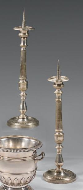 Paire de pique-cierges en bronze argenté, à fûts balustres à cannelures, base ronde...