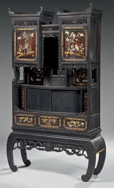 Meuble formant présentoir en bois sculpté,...