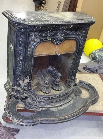 Poêle formant cheminée en fonte, peinte à...