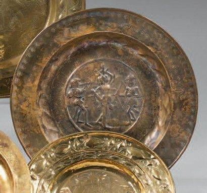 Plat de quête en cuivre figurant Saint-Sébastien. XVIIème siècle. (Usures) D: 40,5...