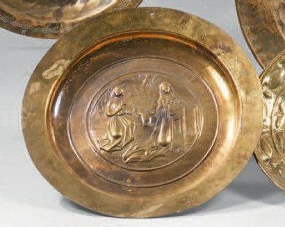 Plat de quête figurant une annonciation en cuivre rouge. XVIIIème siècle. (Usures)...