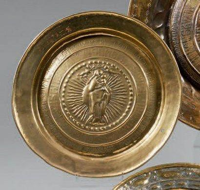 Plat de quête en cuivre jaune, présentant au centre une vierge en majesté. XVIIème...