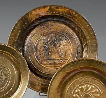 Important plat de quête figurant une scène biblique dans des encadrements marqués...