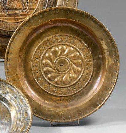 Plat de quête en cuivre à décor godronné de rosaces. XVIIIème siècle. D: 41,5 c...