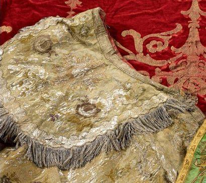 Chape ou pluvial en brocart ayant conservé son chaperon, vers 1760. Lampas fond...