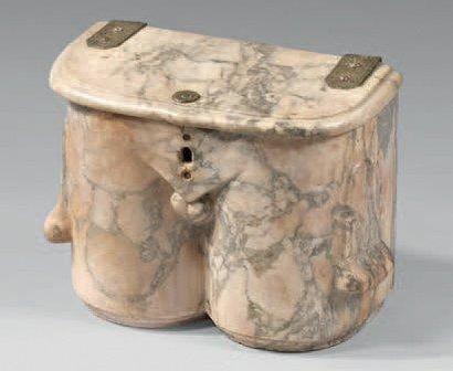 Pot à viscère en marbre blanc veiné gris. Le couvercle à charnière de cuivre gravé...