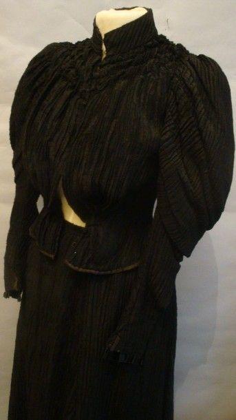 Robe d'après-midi griffée, vers 1894. Crêpe...