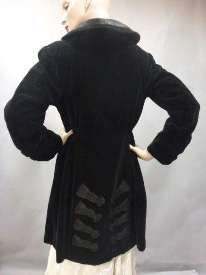 Manteau habillé à parements de passementerie,...
