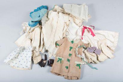 Lot de vêtements de poupée dont: deux manteaux,...