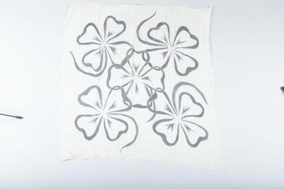 CHANEL  Carré en mousseline de soie blanche...