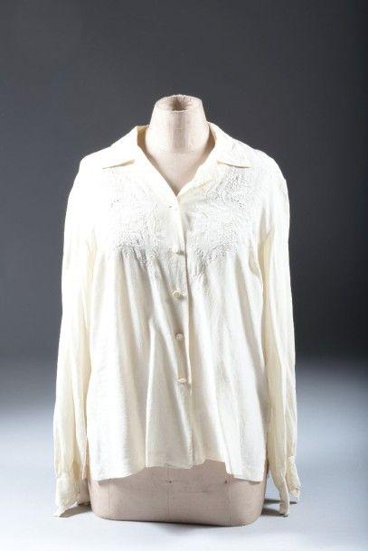 Ensemble de cinq chemisiers et tuniques du soir vers 1930, soie ivoire, tulle et...