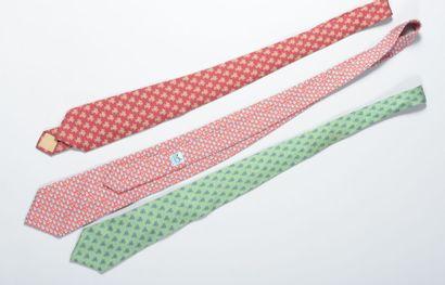 HERMÈS  Cravate en soie rouille à décor imprimé...