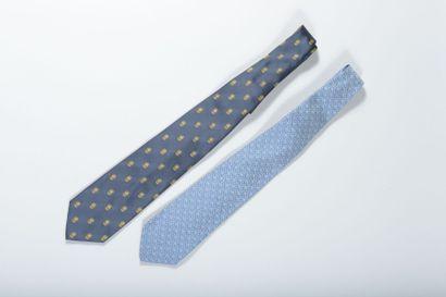 Deux cravates en soie ornée des anneaux olympiques,...