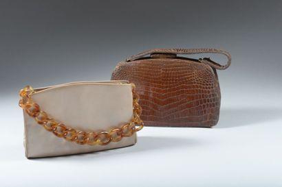 Lot de deux sacs à main : l'un en cuir marron...