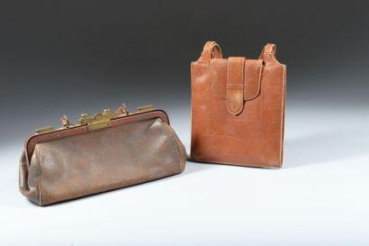 Lot : une trousse en cuir marron, ouverture...