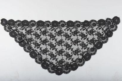 Mantille en dentelle noire à décor de fleurs  117 cm