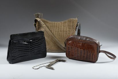 Un lot de trois sac en cuir imitation crocodile...