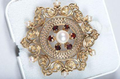 Broche pendentif en or ajouré, à décor de...