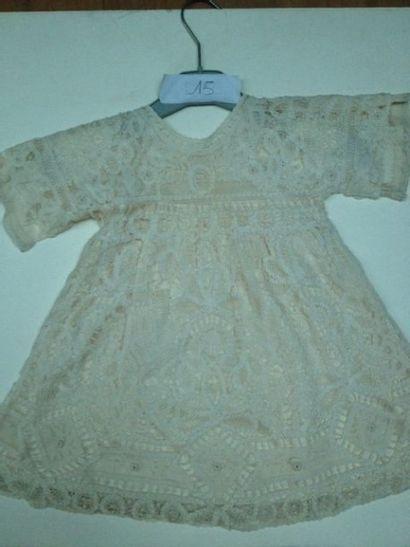 Robe d'enfant pouvant servir de robe de baptême en dentelle de Luxeuil et soie crème,...