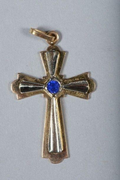 Croix en or ornée d'un saphir en cabochon...