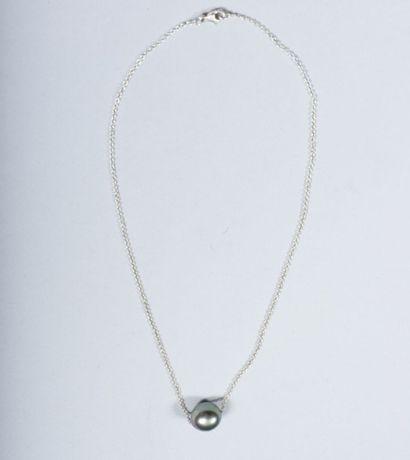 Collier en argent orné d'une perle de Tahiti....
