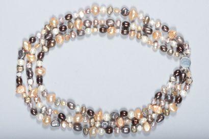 Collier composé d'une chute de perles d'eau...