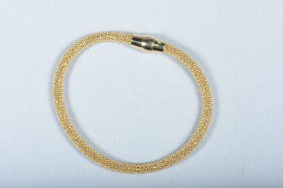 Bracelet maille tissu en argent jaune. Fermoir...