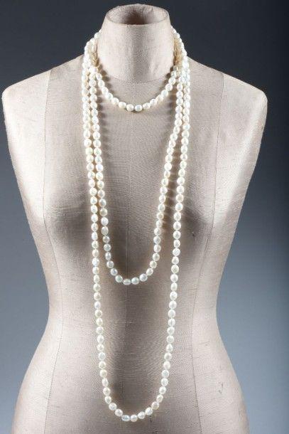 Long sautoir de perles de culture blanches....